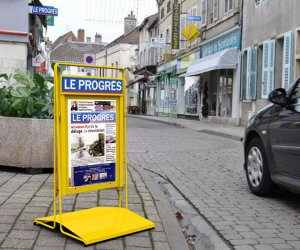Chevalet en métal pour journaux Le Progrès
