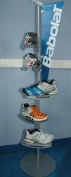 Présentoir sport loisir nature en métal pour chaussures Babolat